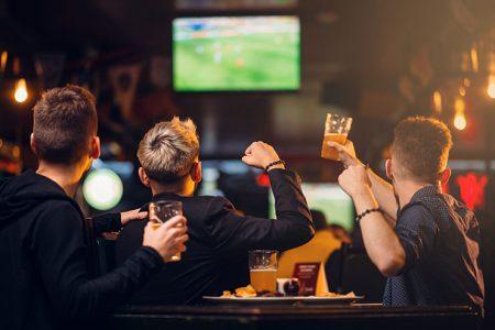 تماشای فوتبال در رستوران